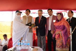Chair PNPPC giving award to LHW Parveen for excellent E-monitoring  Reporting
